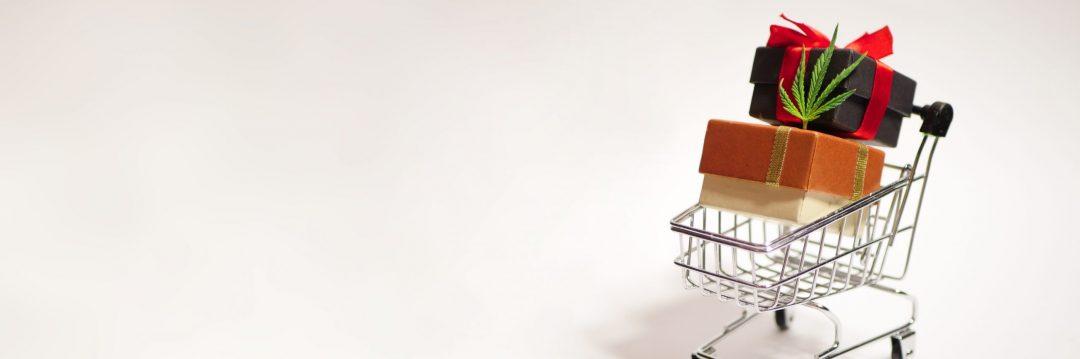 ショッピングカートの模型の上のプレゼントボックス
